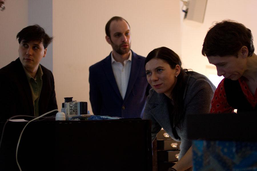 """Sandra Scheeres, Senatorin für Bildung, Jugend und Wissenschaft experimentiert mit dem Projekt """"Geschichten an laufenden Band"""""""