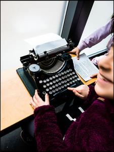 Kinder an der Schreibmaschine